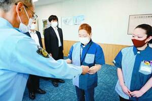 感謝状を受け取るオーナーの岩橋都子さん(右から2人目)と田中さん(右)=徳島中央署