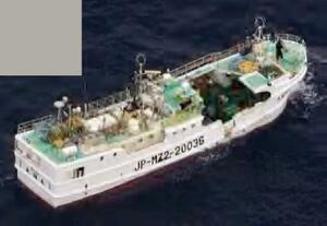 宮城県沖で遭難信号を出し、一時連絡が取れなくなった宮崎県のマグロはえ縄漁船「第35長福丸」=29日午前10時10分ごろ(第2管区海上保安本部提供、左上に提供元による画像加工があります)