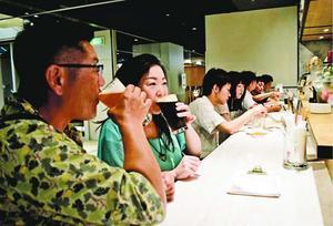 多くの客が立ち寄って地ビールを味わう徳島ステーションブリュワリー=徳島市寺島本町西1の徳島駅クレメントプラザ地下1階