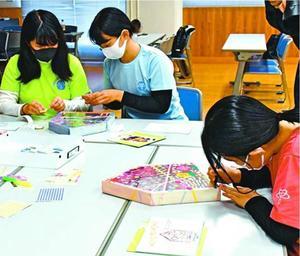 作品づくりに取り組むワークショップの参加者=2020年11月、徳島市の県立障がい者交流プラザ