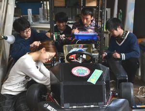 ソーラーカー製作に向けて作業をする学生=徳島大常三島キャンパス
