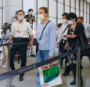 人道的査証を発給したポーランドに向け、成田空港から出発する東京五輪陸上女子ベラルーシ代表のクリスツィナ・ツィマノウスカヤ(手前)=4日午前10時49分、成田空港