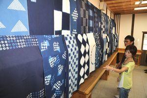 さまざまなデザインの藍染手ぬぐいが並んだ作品展=徳島市の阿波十郎兵衛屋敷