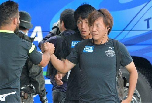 今季初先発となる広瀬陸斗(右)=鳴門ポカリスエットスタジアム