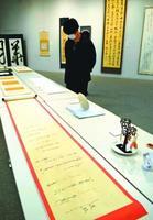 巻物やアクセサリーなど多彩な作品が並ぶ卒業制作展=徳島市の四国大交流プラザ
