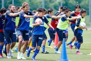 湘南戦を控え、軽めのメニューで調整する徳島の選手たち=徳島スポーツビレッジ
