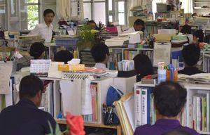 臨時職員会議を開き、今後の対応を協議する教職員=午前11時、阿南市の富岡西高校
