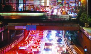夕方のラッシュ時、行き来する車の明かりが都会のような光景を作り出す=徳島市幸町1、徳島町城内