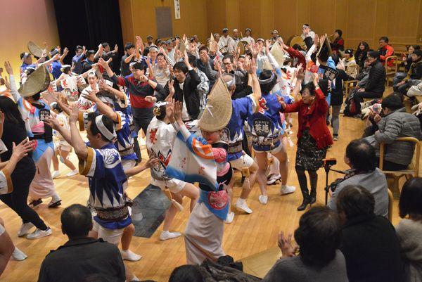 新春特別公演で葵連と一緒に乱舞を繰り広げる観光客ら=阿波おどり会館