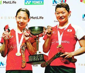 バドミントンのオーストラリア・オープン女子ダブルスで優勝した高橋礼(右)・松友組=シドニー(共同)