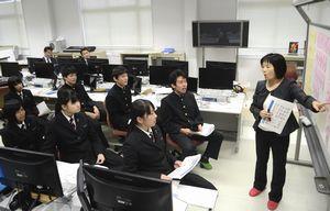 台湾への訪問を控え中国語を学ぶつるぎ高校生=つるぎ町の同校