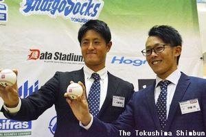 喜びの表情を見せる大蔵投手(左)と伊藤翔投手=藍住町のゆめタウン徳島