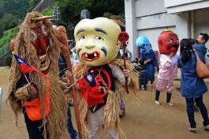 日本の妖怪と交流する台湾の妖怪(左端)=2015年11月、三好市山城町上名