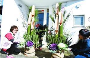 門松を飾り付ける店主=阿波市阿波町居屋敷の美容室