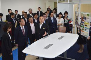 開設準備が進む消費者行政プラットホームを視察する委員ら=徳島県庁