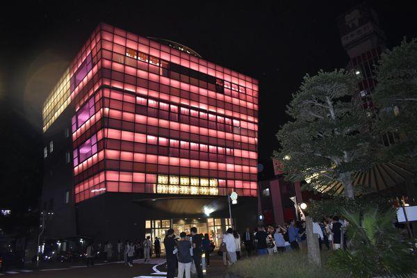ピンク色にライトアップされた阿波おどり会館=徳島市新町橋2