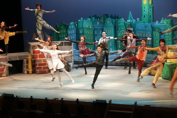 劇団四季のミュージカル「カモメに飛ぶことを教えた猫」=阿南市の市情報文化センターコスモホール