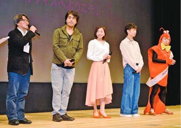 舞台あいさつで映画をPRする明石監督(左端)ら=徳島市のあわぎんホール