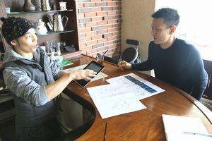 観光マップの構成について話し合う高瀬さん(右)と黒川さん=鳴門市北灘町のカフェ「メーア ナルト」