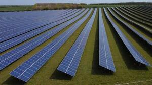 英ロイストン近郊に設置された太陽光パネル=4月26日(ロイター=共同)