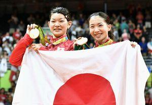 女子ダブルスで優勝し、笑顔で金メダルを手にする松友美佐紀㊨と高橋礼華