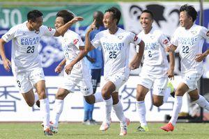 後半42分、ゴールを決めて喜ぶ徳島の冨田(中央)=香川県丸亀市のPikaraスタジアム