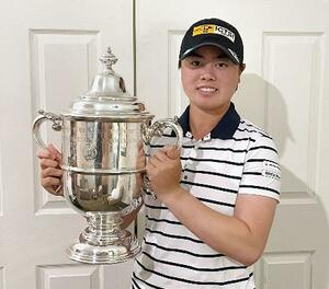 全米女子オープン選手権の優勝トロフィーを掲げる女子ゴルフの笹生優花(日本女子プロゴルフ協会提供)