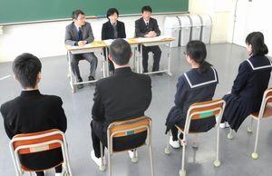 公立高校入試の一般選抜で面接に臨む受験生=徳島市の城南高校