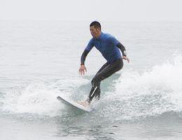 巧みな技を披露する選手=高知県東洋町の生見海岸