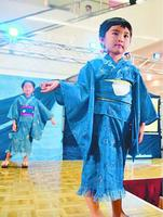 藍染の浴衣で会場を歩く子ども=藍住町奥野のゆめタウン徳島