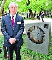 自身が作った陶板の前に立つ森社長=東京・九段北の靖国神社