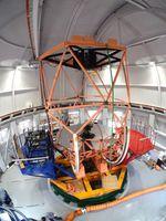 京都大などが開発した東アジア最大の望遠鏡。中央部の円形の主鏡にセンサーが使われている=岡山県浅口市(同大提供)