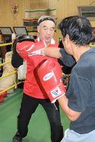 夢を追いボクシングの指導を続ける川田武司会長(左)=阿波市土成町の川田ボクシングジム