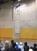 高く積み上げた椅子の上で技を披露する中国雑技団=阿南市のよんでんWaンダーランド