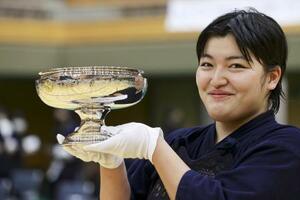 剣道の全日本女子選手権で、優勝し笑顔の妹尾舞香=ジェイテクトアリーナ奈良