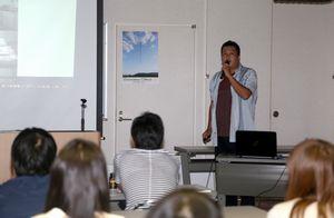 「汚染水対策など、看板撤去より先に進めるべきことがあるはずだ」と訴える大沼さん=徳島市幸町の自治労プラザ