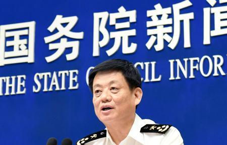 記者会見する中国税関総署の黄頌平報道官=13日、北京(共同)