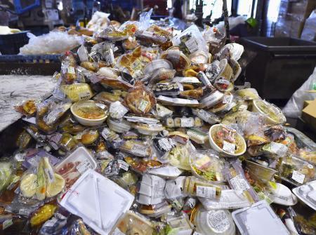 コンビニ弁当などの廃棄食品=2018年、千葉県内
