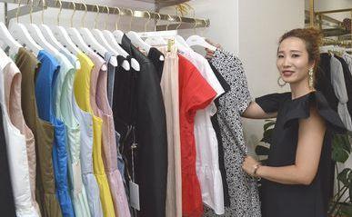 服飾ブランド「mite」を立ち上げた秋吉さん。インスタグラムを使って知名度を上げている=徳島市南常三島町1のmite