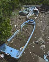 無許可で放置されたままのボート。津波や高潮で流され、住宅などに被害を与える恐れがある=小松島市金磯町