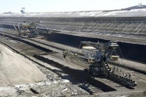 地表から掘り込まれた褐炭の採掘場=2019年6月、ドイツ東部ウェルツォウ(共同)