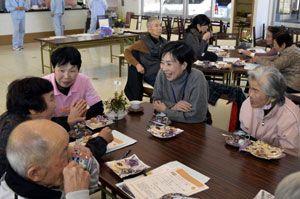 東紅会が初めて催した「認知症カフェ」で交流する住民ら=美波町西河内
