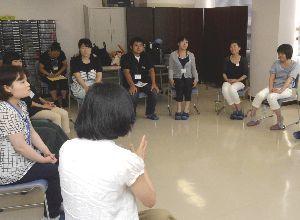 発達障害児支援の実践的な方法を学ぶ受講生=小松島市中田町の県発達障がい者総合支援センター・ハナミズキ