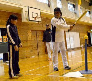 参加者にゲームを楽しむコツなどを伝える里崎さん(右)=徳島市の富田小