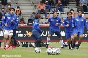 今季2勝目を目指し、ピッチで調整する徳島の選手たち=静岡市のIAIスタジアム日本平