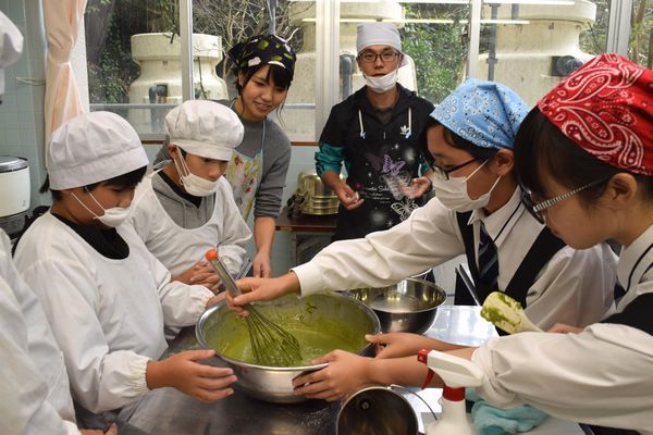 パウンドケーキを試作する児童ら=上勝町正木の高鉾公民館