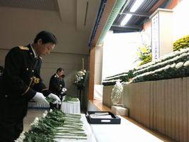 殉職警察職員らの冥福を祈り献花する参列者=県警本部