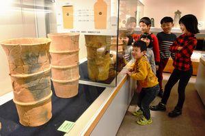 渋野丸山古墳から出土した埴輪などが展示されている企画展=徳島市国府町の市立考古資料館