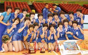 女子で優勝し、記念写真に納まる金襴会の選手=東京体育館