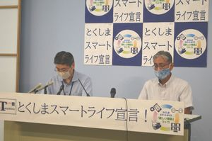 新型コロナ感染者について会見する県職員=徳島県庁